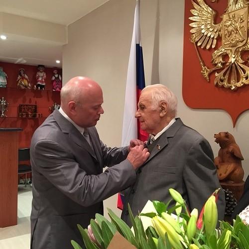 Посол РФ Г.Логвинов вручает орден Е.Соловью