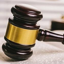 Запрет на международные поездки оспаривают в суде