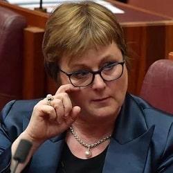 Министр Рейнольд отреагировала на угрозу
